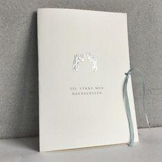 Kort til navnefest for gutt. Kortet er håndtrykt med et babyfotavtrykk i sølv og pyntet med en nydelig lys blå sløyfe i ekte matt silke.