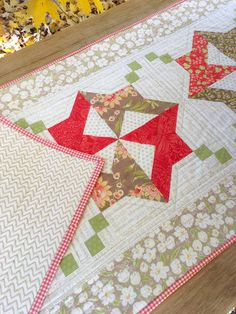 Carried Away Quilting sews the Medallion tablerunner for the Tablerunner Bliss Quilt along with Fat Quarter Shop and Sherri Falls. Fabric: Fig Tree & Company for Moda. Thread: Aurifil