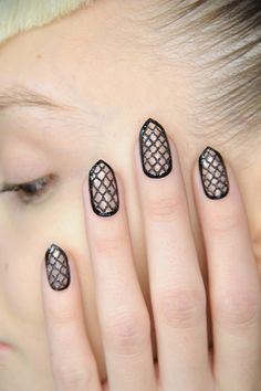 Must try styles from the negative space nail trend.