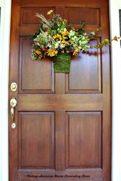 Fall and autumn front door and entryway decorating ideas. Hydrangeas for fall for neutral fall decor from Vintage American Home Decor, Home Decor Signs, Cottage Entryway, Cottage Style Decor, Fall Decor, Entryway Decor, Vintage Decor, Thanksgiving Table Settings, Home Decor