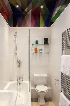banheiro-pequeno-com-teto-colorido-e-geometrico
