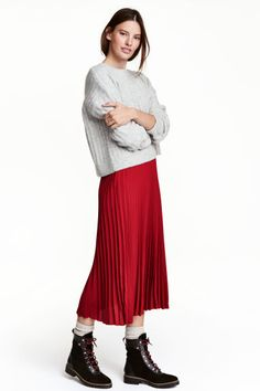 Find a stylish selection of midi skirts at H&M. From smart, office-ready styles to floaty skirts for sunny days, we have a midi for every occasion. Red Skirt Outfits, Red Skirts, Fall Outfits, Skirt Fashion, Fashion Outfits, Womens Fashion, Pleated Skirt Outfit, Calf Length Skirts, Shoes