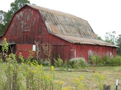 Big Red Barn - These old barns are so beautiful and they are disappearing from the American landscape. Country Barns, Country Life, Country Living, Country Roads, Country Charm, Big Red Barn, American Barn, Barn Pictures, Farm Barn