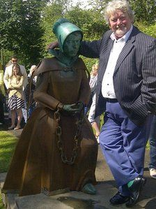 James Starkie with the Alice Nutter statue Wicca, Pagan, Witch Trials, North Yorkshire, Witchcraft, Manchester, Alice, England, Statue