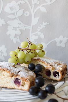 Mehr Traube geht nicht. Ein saftiger Traubenkuchen ohne Butter. Mein Lieblingskuchen sobald die Traubenzeit beginnt. Randvoll gepackt mit Weintrauben die beim backen saftig und zuckersüß werden. Un…