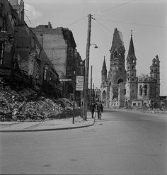 [People walking on Tauentzienstrasse near the ruins of Gedächtniskirche (Kaiser Wilhelm Memorial Church), Berlin], 1947. © Mara Vishniac Kohn, courtesy International Center of Photography.