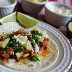 Los tacos al pastor son uno de mis tacos favoritos. También, son uno de los más populares en México y se caracterizan por la forma en cómo se elabora la carne y su marinado tradicional, dándole un color rojizo. (For English, click here) La carne se adoba con mucha... #comidamexicana #recetas #tacos