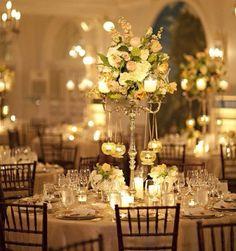 Mise en place di matrimonio: centrotavola di fiori e candele