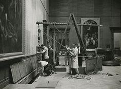 """Beveiligingswerken anno 1939: """"aflating"""" van een schilderij door de luiken in de Rubenszaal - Archief KMSKA"""