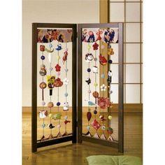 「京都龍虎」ちりめん細工 吊るし雛のついたて Japanese Handicrafts, Hina Dolls, Traditional Toys, Aomori, Baubles And Beads, Japanese Architecture, All Things Cute, Origami Paper