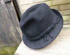 Kvalitní+pánský+plstěný+klobouk+Kvalitní+pánský+plstěný+klobouk+s+delším+chlupem,+pevnější.+Velikost+značená+58+Uvnitř+stopy+zřejmě+po+odlepenémštítku,+nošený,+ale+stále+velmi+pěkný+stav.