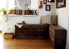 Tutorial using pallets for making boxy type benches. These are great for entry ways or that corner of your home that could use a bit of a rustic and cozy touch.
