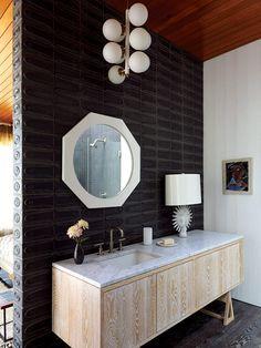 El mueble del baño de mármol fue hecho a la medida. Los detalles del lavabo son de Kohler; la lámpara superior es vintage y el espejo y la lámpara de mesa son de Adler. | Galería de fotos 7 de 15 | AD MX