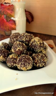 Amazing chocolate avocado truffles: one is never enough! Delicious Vegan Recipes, Healthy Desserts, Christmas Sweets, Greek Recipes, Truffles, Food Porn, Food And Drink, Chocolate, Baking