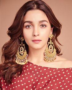 Those earrings! Bollywood Stars, Bollywood Fashion, Bollywood Celebrities, Bollywood Actress, Aalia Bhatt, Alia Bhatt Cute, Celebrity Jewelry, Beautiful Indian Actress, Cute Woman