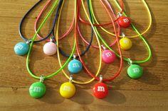 Leuke ketting van gekleurd waxkoord met een gekleurde m&m. In vele kleuren beschikbaar. De m&m heeft een doorsnee van 14 mm. De ketting is ongeveer 45 cm (+ 5 cm verlengketting).