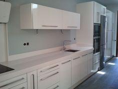 Cocina blanca con isla en roble claro - Alisios Cocinas