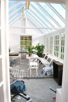 Vackert växthus i trä.  Mer om Gröna rum hittar du här: www.alltomuterum.com
