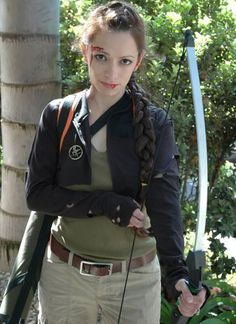 Hunger Games Halloween costumes, DIY outfits inspired by the cast, characters in Lionsgate's Hunger Games movie, including Katniss Everdeen and Effie Trinket. Cute Halloween Costumes For Teens, Mom Costumes, Homemade Halloween Costumes, Costume Ideas, Halloween Ideas, Halloween 2018, Grease Costumes, Clever Costumes, 50s Costume