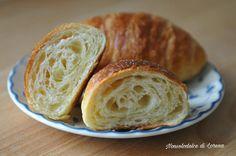 Croissant sfogliati con impasto diretto e lievito naturale