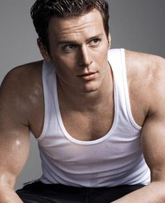 500px-Jonathan-groff-bares-muscles-for-out-magazine-04.jpg