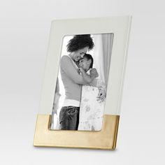 The Ivory Ceramic Frame with Bronze Accents from Threshold™ is artfully crafted to bring an elegant, modern style to your home. This picture frame is perfect for displaying your favorite photos while adding sophistication to any room. The easel back allows you to display it on a table or shelf while the triangle hook on the back lets you put it on the wall, too.