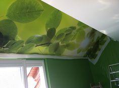 ein dunklen Raum aufgehellt mit einer hell grünen Deckenbespannung im Digitaldruck Mehr Infos unter www.farbefreudeleben.de