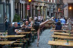 普段は舞台でパフォーマンスをするバレーダンサー。そんな彼らの芸術的な日常を撮影したJordan Matterさんの作品『Dancers Among Us』がすごいことになっています。 これ写真加工とかじゃないんですよ。ダンサーが本当に日常生活中に踊っているところを撮影した、芸術とも呼べるような作品なのです!  舞台でみ...