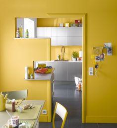 Une entrée de cuisine géométrique et colorée