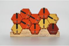 できるだけたくさん重ねたくなるような、そんな可愛らしいはちみつのパッケージを発見。ロシアのグラフィックデザイナーのArbuzov Maksimさんによるコンセプトデザイン。 はちみつの入った六角形の瓶は、重ねるとまるで蜂の巣のように見えます。 色々な角度で、色々な色を積み上げる。なんだか、ブロックを積むときの楽しさも感...