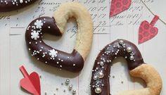 """""""Hjerter klippet med en saks..."""" Nej, disse hjerter er lavet af kransekage - og så smager de umådelig godt!"""