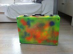 Günstige Köfferchen aus dem Baumarkt einfach mit knalligen Farben besprühen. Caspar hat den Koffer erst für seine Autos benutzt und nimmt ihn jetzt für seine Malsachen. Die finden Jungs ziemlich lange cool ;-)