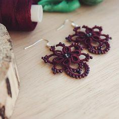 「А вот вчерашние серьги-малютки вблизи) они потрясающего бордового цвета и декорированы бисером металлик, который меняет оттенки от малинового до синего! А…」タティングレース tattinglace