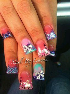Duck feet nails with nail art design Fabulous Nails, Gorgeous Nails, Pretty Nails, Fancy Nails, Bling Nails, Acrylic Nail Designs, Nail Art Designs, Duck Feet Nails, Flare Nails