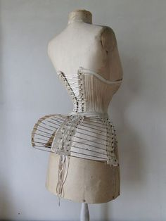 Bustle Cage of iron hoops and linen bands.