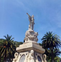 Aunque su nombre real es el de Fuente de la Princesa, todo el mundo en Zaragoza conoce este monumento como Fuente de Neptuno. Fue construida en la Plaza de San Francisco (actual Plaza de España) en 1845 en conmemoración del juramento como princesa heredera de la futura reina Isabel II, con el objetivo de abastecer de agua a la ciudad de Zaragoza, cometido que cumplió hasta su traslado al Parque en 1902.