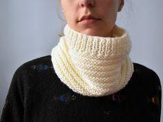 Snood tricoté main - laine coloris crème - La mallette des minettes