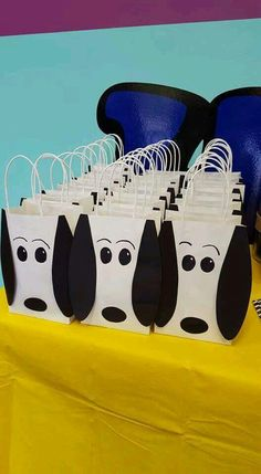 Having a Snoopy party and looking for some fun and great ideas for the kids to take home as party favors? We have gathered up some of the best Snoopy party favor ideas. Baby Snoopy, Snoopy Party, Snoopy Birthday, Dog Birthday, 4th Birthday Parties, Birthday Ideas, Snoopy Christmas, Charlie Brown Christmas, Party Bags