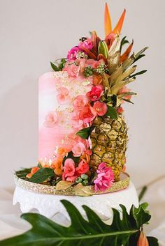 Ombre wedding cakes are one of the most popular type of cakes. Mix ombre effect with flowers, ruffles and watercolor wedding cakes to impress your guests. Beautiful Wedding Cakes, Gorgeous Cakes, Amazing Cakes, Hawiian Wedding Cake, Quinceanera Cakes, Cake Trends, Unique Cakes, Savoury Cake, Cute Cakes