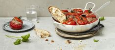 Basilikalla ja oreganolla maustetut ja jauhelihalla täytetyt uunitomaatit vievät ajatukset Välimeren rannoille. Huikean hyvään liemeen voit dippailla leipää. Noin 2,30€/annos.