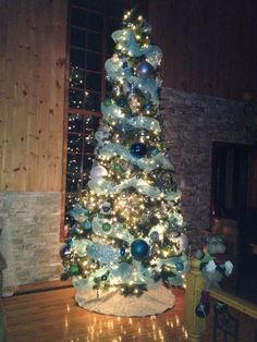 Long à faire mais tellement agréable à regarder. Christmas Tree, Halloween, Holiday Decor, Home Decor, Christmas Parties, Fir Tree, Top, Teal Christmas Tree, Xmas Tree