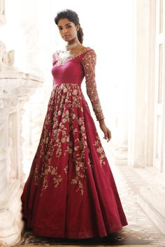 Maxi Style Anarkali Dresses Collection Frock Designs consists of Indian Pakistani designer party wear long floor length maxi frocks & suits. Designer Bridal Lehenga, Indian Bridal Lehenga, Bridal Lehenga Choli, Indian Gowns, Red Lehenga, Designer Gowns, Pakistani Dresses, Indian Outfits, Indian Clothes