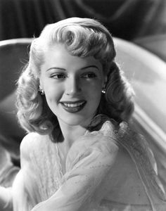 Lana Turner beaming her beautiful smile. Old Hollywood Glamour, Golden Age Of Hollywood, Vintage Glamour, Vintage Hollywood, Hollywood Stars, Vintage Beauty, Classic Hollywood, Vintage Style, Anne Baxter