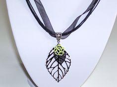 pendentif feuille argenté estampes noir et jaune : Pendentif par les-creations-de-bijoux-d-isa