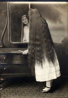Vintage Hairstyles vintage everyday: Victorian Beauties – 31 Interesting Photos Show Ladies in Front of Mirrors Before 1900 Vintage Hairstyles For Long Hair, Edwardian Hairstyles, Down Hairstyles, Hairdos, Really Long Hair, Super Long Hair, Belle Epoque, Vintage Photographs, Vintage Photos