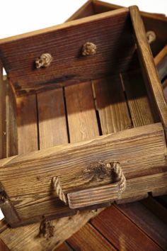 Mamy do zaoferowania oryginalną skrzynkę ze starego drewna wypalanego przez promienie słoneczne. Uchwyty skrzynki wykonane są ze stylowego sznurka.  Kupując wyroby ze starego drewna chronisz drzewa przed wycinaniem!  Wymiary skrzynki: 34 x 34 x 16  Cena skrzynki wynosi 55zł