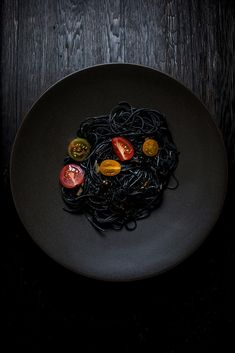 Squid Ink Pasta with Garlic and Tomatoes(Green Spaghetti Recipes) Emplatado Ideas, Squid Ink Pasta, Squid Ink Spaghetti, Green Spaghetti, Pasta Spaghetti, Black Pasta, Garlic Pasta, Black Food, Halloween Dinner