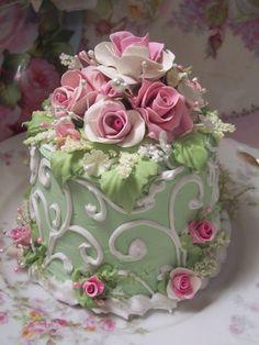 (GWSCSFJ) SHABBY COTTAGE ROSE DECORATED FAKE CAKE CHARMING!!