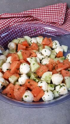 Melonensalat mit Mozzarella Today I have a mozzarella melon salad with cucumber for you. Another quick recipe with three ingredients, herbs and oil. This salad is something special and a real eye-catcher at every barbecue evening. Salad Recipes Healthy Lunch, Avocado Salad Recipes, Salad Recipes For Dinner, Chicken Salad Recipes, Healthy Meal Prep, Meat Recipes, Healthy Dinner Recipes, Healthy Snacks, Mozzarella Salat