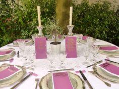 Menu calligraphié plexi,nom de table calliraphié plexi, marque-place calligraphiés sur Plexiglas transparents, noués sur des cartons violets #mariage #menuplexi #menuplexiglas #acrylic #wedding #decotableplexi #beplexi #marqueplaceplexipersonnalise